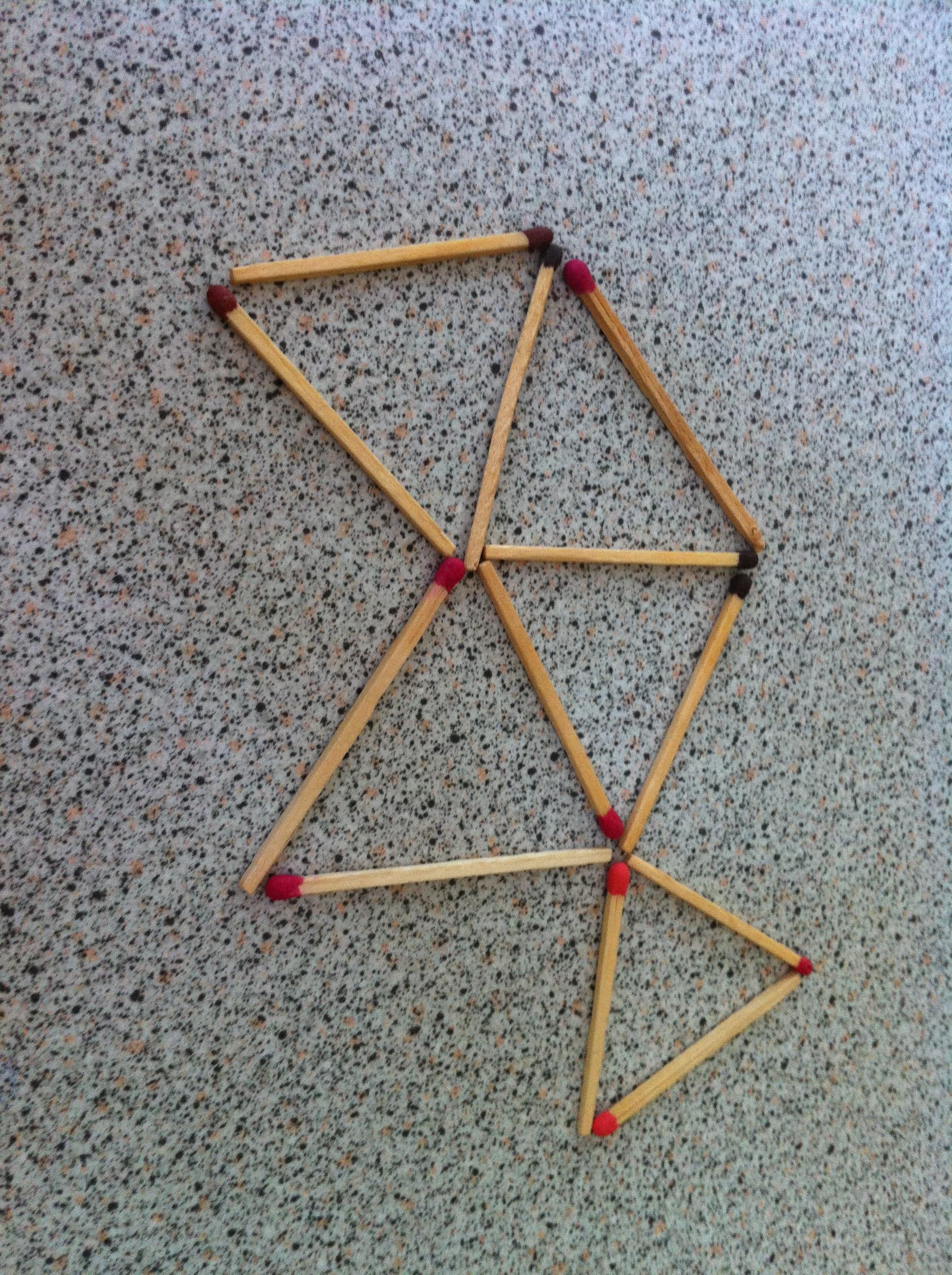 Faites 4 triangles équilatéraux en déplaçant 2 allumettes (qui doivent rester sur le schéma)