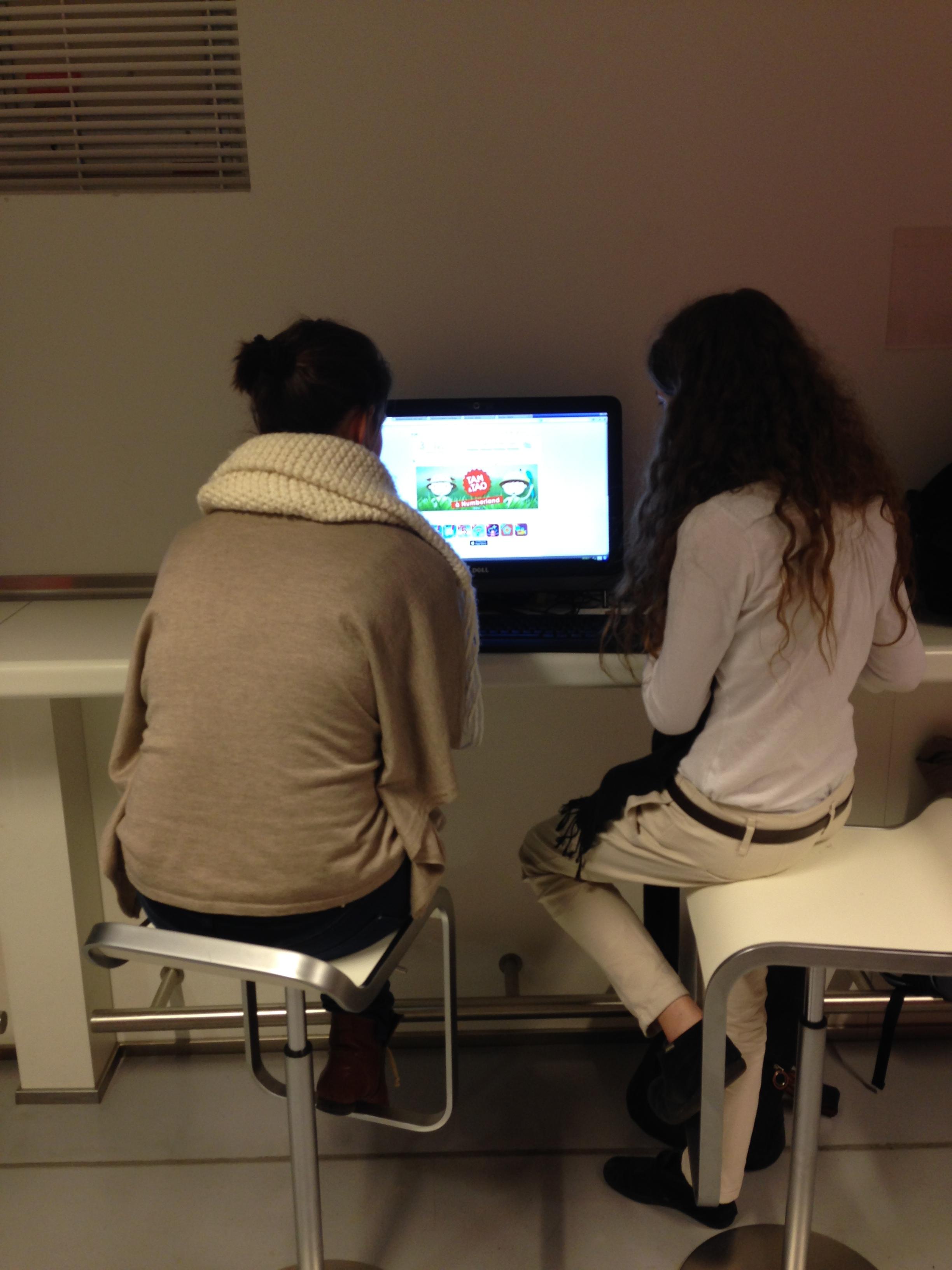 2 jeunes femmes apprennent en autonomie